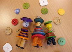 LeComtois.com - Actus - Jeune Public : ATELIERS ARTISANS JUNIOR - BOUTONS - Ravilloles (Jura - Franche-Comté) Button Wreath, Button Ornaments, Button Bouquet, Christmas Ornaments, Creative Activities, Activities For Kids, Crafts For Kids, Arts And Crafts, Button Art