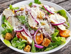 Ceasar salad with grilled chicken fillets, red onion rings, lettuce, orange cherry tomatoes Grilled Chicken Salad, Chicken Salad Recipes, Ceasar Salad, Cobb Salad, Menu Weight Watchers, Salad Recipes Video, Vegetarian Salad Recipes, Best Cookbooks, Health Dinner