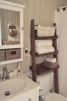 What a good way to make use of the space above the toilet,and this rustic ladder is the perfect piece for your farmhouse-style bathroom. #ad #rusticfarmhouse #bathroomideas #farmhouse