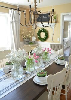 Simple Farmhouse Spring Tablescape perfect for Easter brunch! Spring table decor ideas.