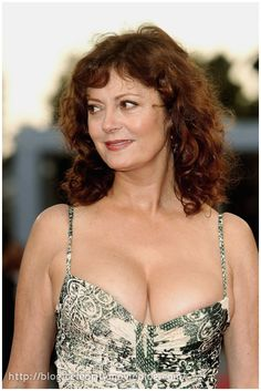 And why Susan Sarandon net worth is so massive? Susan Sarandon net worth is definitely at the very top level among other celebrities, yet why? Susan Sarandon Age, Beautiful Celebrities, Beautiful Actresses, Susan Surandon, Thelma Et Louise, Beautiful Old Woman, Actrices Hollywood, Jennifer Love Hewitt, Female Actresses