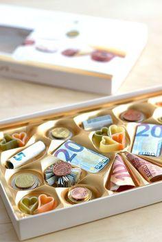 Kreatives Geldgeschenk: Pralinen aus Scheinen und Münzen. Super zu kombinieren mit selbstgemachten essbaren Pralinen!