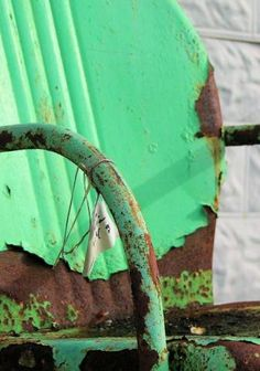 Old rusty chair . . . peeling green paint... ❤the combo, reminds me of Mamaw & Pawpaws set