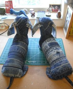 denim dachshunds, need to figure out how to sew these.I have plenty of old jeans to re-purpose! Jean Crafts, Denim Crafts, Diy Jeans, Denim Ideas, Dachshund, Upcycle, Sewing Projects, Dogs, Studio