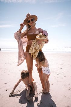 Frankie's First Trip to the Beach - Barefoot Blonde by Amber Fillerup Clark Cute Family, Family Goals, Mom Family, Happy Family, Amber Fillerup Clark, Beach Kids, Beach Babies, Baby Beach, Barefoot Blonde
