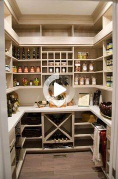 Eine Speisekammer ist ein nützlicher Raum, um Ihre Küche zu ergänzen, unabhängig davon, ob sie sich in einem kleinen Schrank oder in einem großen begehbaren Bereich befindet. Der Zweck ist es, zusätzliche Gegenstände zu speichern und… Kitchen Pantry Design, Kitchen Organization Pantry, Kitchen Storage, New Kitchen, Kitchen Decor, Organization Ideas, Pantry Ideas, Wine Storage, Organized Pantry