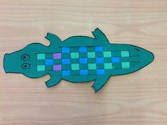 WOVEN Back alligator Krokodil knutselen jufanke. Hawaii Crafts, Umbrella Wreath, Dragon Puppet, Paper Umbrellas, Puppet Crafts, Paper Plate Crafts, Jungle Animals, Chickens Backyard, Summer Wreath