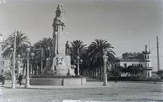 Plaza de Canalejas. Monumento y Club de Regatas Año: 1933