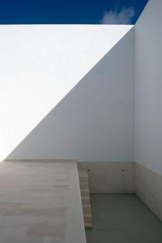 Triangles, rectangles, bars and squares Alberto Campo Baeza, casa guerrero Architecture Details, Interior Architecture, Interior And Exterior, Shadow Architecture, Architecture Collage, Interior Design, Ibiza, Simple Pool, Minimalist Interior
