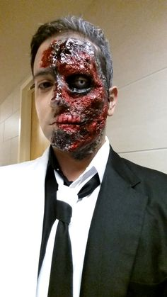 Two-Face Guys Halloween Makeup, Fröhliches Halloween, Amazing Halloween Makeup, Creepy Makeup, Horror Makeup, Zombie Makeup, Male Makeup, Fx Makeup, Two Face Costume
