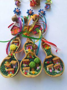 Mobiles decorativos cabaças com aplicações vila mineira. Criações exclusivas do Atelier Petite Julie.  Www.atelierpetitejulie.com.br
