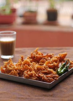 Onion Pakora Recipe is a popular Mumbai street food. I love onion pakoras hot with a cup of tea during monsoon. a step by step guide to make pakoras. Filipino Street Food, Mexican Street Food, Mumbai Street Food, Korean Street Food, Indian Street Food, Best Street Food, India Street, Indian Snacks, Indian Food Recipes