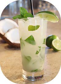 Suco detox de broto de alfafa e alface e água de coco para auxiliar a perda de peso e proporcionar disposição. O alface ajuda na saciedade por mais tempo