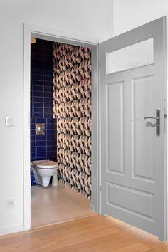Geometryczna toaleta. Tapeta w  geometryczny wzór nadaje wnętrzu charakteru.