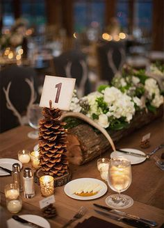 Upgrade your table décor with fresh pinecones. They add a wonderfully seasonal touch and are ideal for a winter wedding.