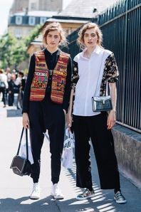 La Fashion Week haute couture automne-hiver 2017-2018 voit défiler les grandes maisons de couture parisiennes comme les plus belles filles en vogue dans les rues. Découvrez les meilleurs looks pris sur le vif à la sortie des shows par Sandra Semburg.