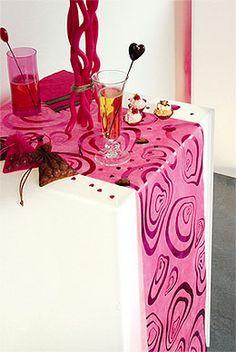 Donnez un ai original et futuriste à vos tables de réception avec ce superbe chemin de table   fuchsia Intissé Zébra Brillant incrustés d'arabesques zèbre métalisées et scintillantes...
