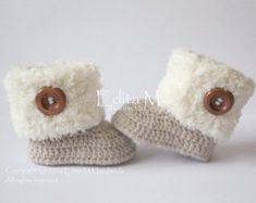 Crochet baby sandals. Made from acrylic yarn. Size : 6-9 months. Length: 11,5 cm. - 4 1/2     Hand wash in cool water.    If you have any questions, please contact me. Thank you for visiting.