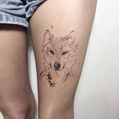 tatouage-loup-femme-cuisse-style-graphique