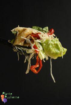 'Sprød' møder 'smovset' i denne lækre salat med stegt grønt - vendt i den lækreste Mirakeldressing