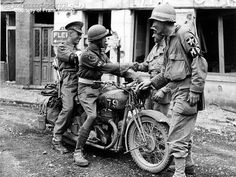 Here some British Despatch riders show off their BSA to Allied soldiers. British Motorcycles, Vintage Motorcycles, Military Photos, Military History, Bsa Motorcycle, Motorcycle Types, Germany Ww2, Ww2 Pictures, Army Vehicles