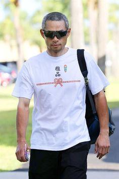 イチローが「粗品」って!? / 産経フォト #イチロー #Tシャツ Japanese Funny, Baseball Players, Funny Tshirts, Laughter, Athlete, Jokes, Hero, Mens Fashion, Guys