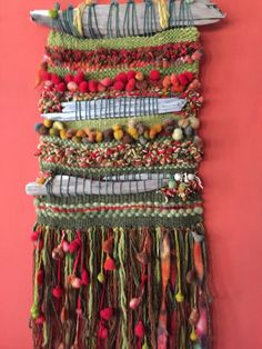 Natural hecho a mano Pin Weaving, Weaving For Kids, Weaving Art, Tapestry Weaving, Loom Weaving, Basket Weaving, Weaving Textiles, Weaving Patterns, Crochet Feather