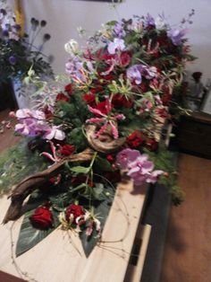 Kistversiering Christmas Wreaths, Floral Wreath, Holiday Decor, Flowers, Home Decor, Board, Funeral Flowers, Floral Crown, Decoration Home