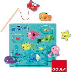 Das magnetische Angelspiel von Goula mit Puzzlefunktion.<br /> <br /> Die Kinder lernen verschiedene Meerestiere kennen. Alle haben einen Magnetpunkt und können mit der Angel aufgenommen werden. Jedes Puzzleteil bezieht sich auf eine Form. Somit hat jeder Fisch eine andere Form. <br /> <br /> Das Angelspiel hilft dem Kind dabei die Feinmotorik zu verbessen und fördert das logische Denkvermögen.<br /> <br /> +++Details+++<br /> <br /> + Inhalt: 10 Fische, 1 Holzangel<br /> + Maße (L/B): ca…