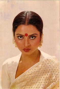 indian gold jewellery, diamond jewellery, temple jewellery, antique jewellery, ruby and emerald jewellery collection Rekha Actress, Bollywood Actress, Bollywood Makeup, Rekha Saree, Vintage Bollywood, Moda Vintage, Most Beautiful Indian Actress, Indian Movies, Bollywood Stars