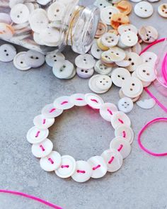 DIY Button Bracelet, via Sweet Paul. Finally, a cute and perfect use for ye olde button-storage tin. Easy Crafts, Diy And Crafts, Arts And Crafts, Easy Diy, Craft Gifts, Diy Gifts, Sweet Paul, Button Bracelet, Bracelets