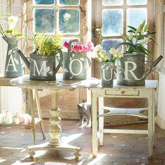 Décoration mariage : des arrosoirs décorés pour y disposer des fleurs