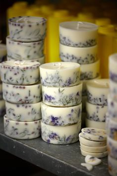 60 Candles Handmade DIY To Inspire Today tableware mugs decorativeplates gla… Diy Candles Easy, Homemade Candles, Soy Candles, Homemade Gifts, Diy Gifts, Diy Candles For Wedding Favors, Diy Candles With Flowers, Diy Candles Design, Ideas Candles