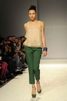 Como-combinar-un-pantalon-verde-7.jpg (649×975)