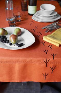 Stop Halloween dinner guests dead in their tracks with a custom-stamped tablecloth. Halloween Office, Halloween Window, Halloween Crafts, Holiday Crafts, Halloween Decorations, Halloween Printable, Halloween Dinner, Halloween Ideas, Bird Crafts