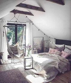parquet en bois, balançoire, lit, linge de lit gris, coussins rose et gris, tapis gris, couleur peinture mur blanc, parquet, modèle chambre rose et gris