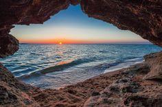 Фото Закат с видом из пещеры в скале Крокодил на Караларском побережье (Генеральские пляжи) близ с. Золотое. Крым