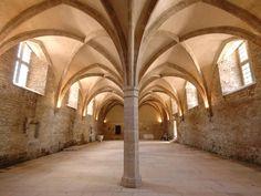 Abbazia di Cluny: interno. L'Abbazia venne fondata nel 910 su iniziativa del duca Guglielmo d'Aquitania. L'edificio costituisce une esempio di arte romanica francese, caratterizzata dalla solidità costruttiva che era stata propria dell'arte romana. Si nota la presenza di strutture in muratura, che in questo caso assumono anche la funzione di copertura.
