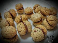 I baci di dama sono dei biscottini tipici della tradizione piemontese, sono davvero ottimi in accoppiata con un buon thè; due biscotti al burro delicati e friabili legati da un leggero strato di cioccolato. Buonissimi