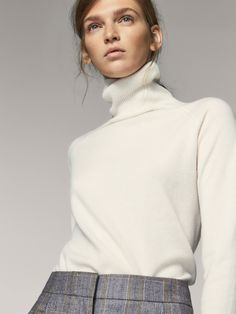 Straight, solid-coloured sweater made of wool and cashmere. Features a polo neck, long sleeves and ribbed trims. Classy Chic, Classy And Fabulous, Cashmere Jumper, Sweater Making, Autumn Street Style, Pullover, Winter Wardrobe, Cardigans For Women, Lana