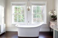 bergangszeit badezimmer das wei e freistehende badewanne und passende waschbecken hat foto. Black Bedroom Furniture Sets. Home Design Ideas