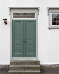Ønsk velkommen med fargerik inngangsdør Outdoor Living, Outdoor Decor, Garage Doors, Front Doors, Tall Cabinet Storage, Backyard, House, Furniture, Home Decor
