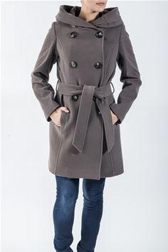 En knelang kåpe med kashmir. Den har knyting i livet. Kåpen kan lukkes med store knapper, har lommer foran og en deilig hette. Kommer i fargene Beige og Brun. 70% Ull, 20% Nylon, 10% Kashmir. Kan kun renses. Coat, Jackets, Fashion, Down Jackets, Sewing Coat, Moda, La Mode, Coats, Jacket