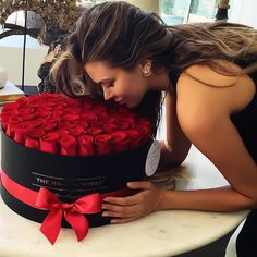 Image uploaded by Find images and videos about girl, flowers and rose on We Heart It - the app to get lost in what you love. My Flower, Pretty Flowers, Beautiful Roses, Beautiful Things, Valentine Day Table Decorations, Kristina Krayt, Flower Boxes, Chocolate Gifts, Flower Fashion
