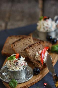 Ziegenhirten-Brotaufstrich mit Oliven und Paprika