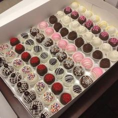 Our delicious and beautifully decorated cake balls & cake pops are created with decadent crumbled cake, mixed with icing, and hand-dipped in candy melt. Mini Desserts, Christmas Desserts, Dessert Recipes, Dessert Boxes, Dessert Decoration, Mini Cakes, Cupcake Cakes, Cake Ball, Raspberry Smoothie