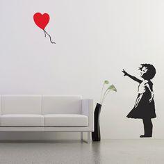 Adesivi per pareti-The Ballon Girl si ispira al famoso graffittista inglese Banksy. Il disegno raffigura una bambina che fa volare un palloncino rosso a forma di cuore. Gran parte del lavoro di Banksy prende spunto da immagini di bambini che utilizza con grande efficacia per comunicare un suo messaggio politico. Ballon Girl si ispira a uno dei disegni piu' popolari di Banksy che combina l'uso attento del colore con una immagine suggestiva.