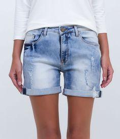 Short feminino  Modelo boyfriend  Com puídos  Barra dobrada  Marca: Marfinno  Tecido: jeans  Composição: 98% algodão; 2% elastano  Modelo veste tamanho: 36       Medidas do modelo:     Altura: 1,71  Busto: 84  Cintura: 61  Quadril: 88       COLEÇÃO INVERNO 2016     Veja outras opções de    shorts jeans femininos.