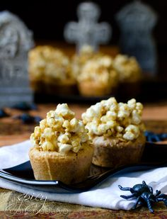 If you're ever torn between eating caramel corn or a baked good (or you just have a taste for a sweet and salty treat), bake a batch of Muffin Tin Caramel Corn Blondies. You'll love this blondie recipe. Caramel Corn, Cupcake Recipes, Cupcake Cakes, Dessert Recipes, Pecan Pie Cake, Pecan Pies, Muffins, Cake Flavors, Deserts