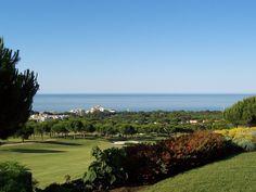 Cabopino Golf et här är en kuperad golfbana som är högt belägen ovanför Artolas stränder. Banan karaktäriseras av smala fairways och trevliga vattenhinder. Här har man även härliga vyer över havet med Gibraltar klippan i bakgrunden. Det är en bana där en golfbil kan vara bra att ha om man tycker det är tufft att gå.